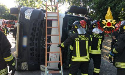 Camion si ribalta sulla sede stradale, in ospedale autista 50enne FOTO