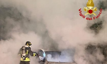 Auto in fiamme a Chignolo Po, arrivano i Vigili del fuoco