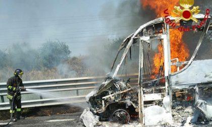 Pulmino si incendia in A1: due feriti, mezzo completamente distrutto FOTO