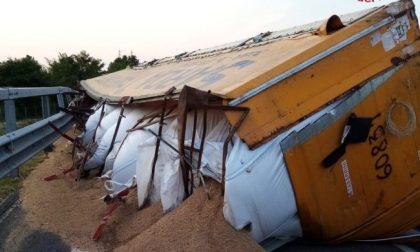 Raccordo Teem-Brebemi: camion si ribalta e perde tonnellate di carico