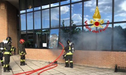 Vigili del fuoco di Lodi in aiuto per spegnere il fuoco in un ufficio comunale a Vizzolo
