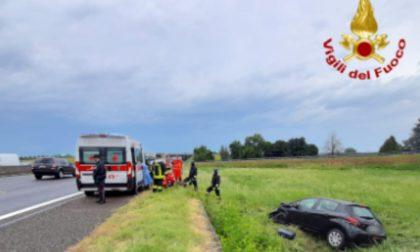 Incidente con mezzo pesante: auto finisce fuori strada, tre feriti