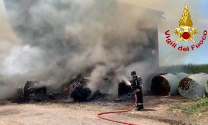 Incendio in un deposito di rotoballe a Marudo: bestiame in pericolo