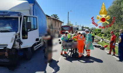 Scontro frontale tra un'auto e un camion: un morto e un ferito FOTO