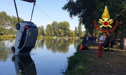 Pensionato finisce con l'auto nel laghetto della pesca sportiva