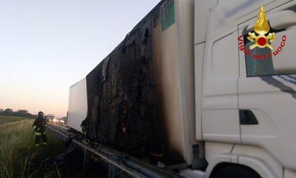 Mezzo pesante prende fuoco sulla A1