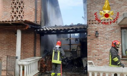 Incendio a Sant'Angelo Lodigiano, in fiamme il porticato di un'abitazione FOTO