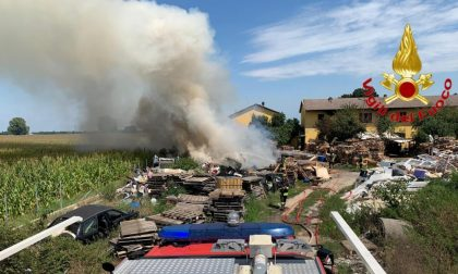 Discarica abusiva in fiamme in una cascina a Sant'Angelo FOTO e VIDEO
