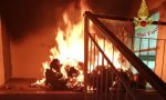 Incendio a Lodi, ballatoio in fiamme e vetri esplosi FOTO