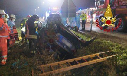 Auto sbatte contro palo della luce e si ribalta: un'infermiera 27enne perde la vita FOTO