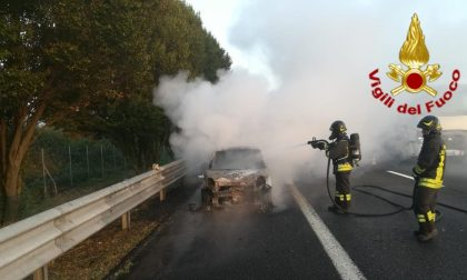 A1, dopo il tamponamento un'auto prende fuoco FOTO e VIDEO