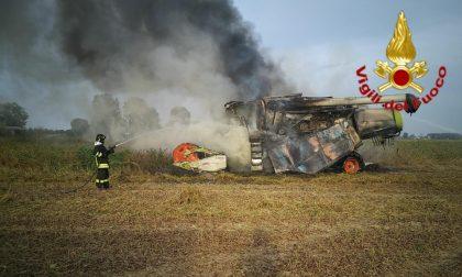 In fiamme un'altra mietitrebbia nei campi agricoli lodigiani