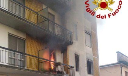 In fiamme un appartamento in via Landriani, evacuata un'intera palazzina FOTO