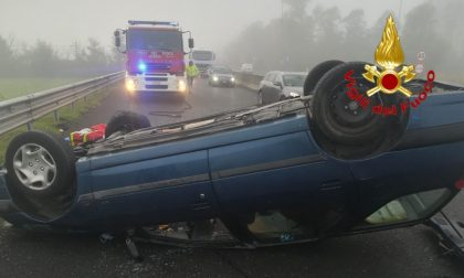 Auto si ribalta sulla via Emilia: conducente ferito, strada chiusa