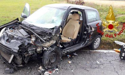 Scontro frontale tra auto, 19enne incastrata ed estratta dai Vigili del fuoco FOTO