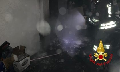 Frigorifero in fiamme in un box-magazzino, i Vigili del fuoco scongiurano il peggio