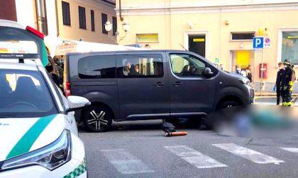Muore donna investita da un mini van: inutili i soccorsi