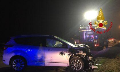 Violento incidente tra auto, una finisce fuori strada: due feriti in pronto soccorso FOTO