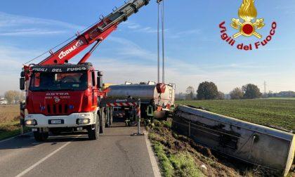 Paura sulla Sp115: autocisterna contenente gasolio si ribalta e finisce fuori strada FOTO