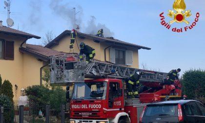 Vigili del fuoco in azione per spegne una canna fumaria incendiata FOTO