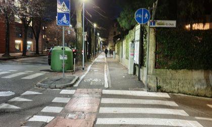 Riqualificata la pista ciclabile di via San Bassano… ma già qualcosa non quadra FOTO