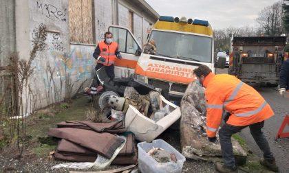 Operazione antidegrado a Lodi: rimossa ambulanza trasformata in discarica FOTO