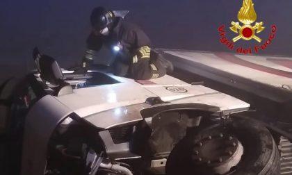 Paura sulla A1: Tir sfonda il guard rail e si ribalta, camionista estratto dalle lamiere