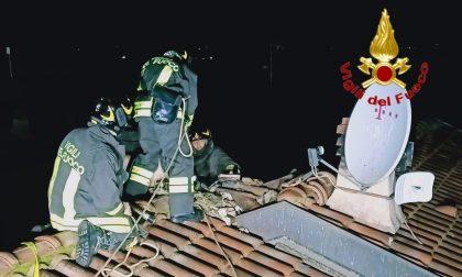 A fuoco la canna fumaria di una villetta, le fiamme intaccano anche il tetto FOTO
