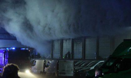 Brucia magazzino Amazon, dipendenti messi in salvo da un'ambulanza di passaggio