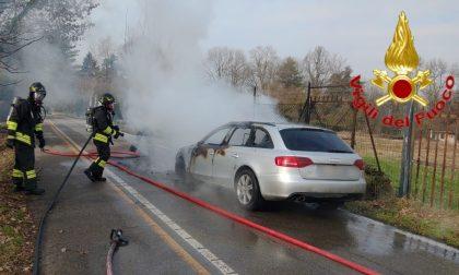 Auto in fiamme in strada: le foto dell'incendio domato