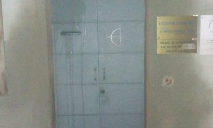 Atti vandalici sulla porta della sede del Pd di Codogno FOTO