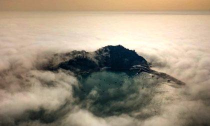Sapete che cos'è la caligo? Lo strano fenomeno della nebbia lungo il mare