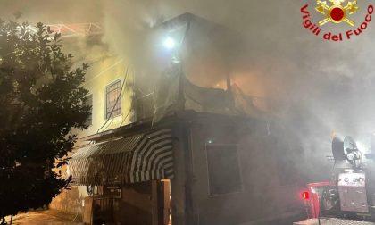 Tetto in fiamme ad Abbadia Cerreto, le foto e il video dell'intervento