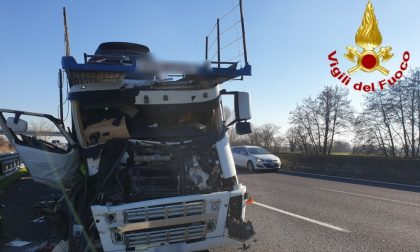 Scontro tra camion e bisarca in A1, un'auto si schianta a terra