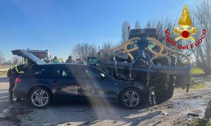 Auto schiacciata da un trattore sparaletame, autista miracolato