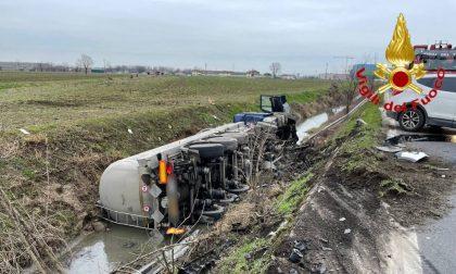 Incidente a catena sulla Ss 235, autobotte nel fossato: 4 feriti in ospedale