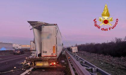 Scontro tra camion in A1: uno distrutto, l'atro finisce fuori strada: le foto dei soccorsi