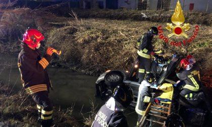 Perde il controllo dell'auto e finisce nel fosso pieno d'acqua, le foto dell'intervento per estrarre il guidatore