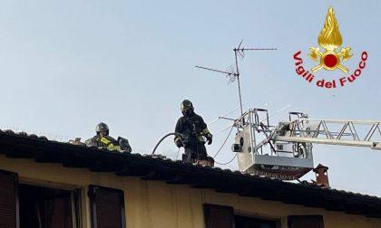 Incendio canna fumaria a Modignano, tetto in fiamme