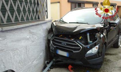 Perde il controllo dell'auto e finisce contro un'abitazione: 53enne in ospedale