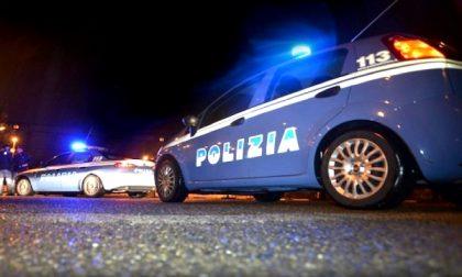 45enne armato aggredisce i poliziotti, un Agente spara e lo uccide