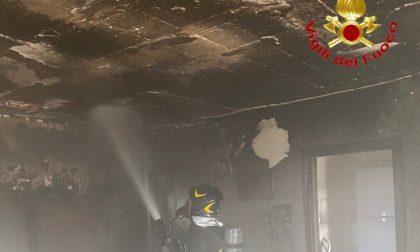 Il video dell'incendio in appartamento: 10 persone portate in salvo (tra cui un bambino), una donna in ospedale