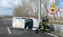 Perde il controllo dell'auto e si ribalta in Tangenziale, 22enne in ospedale
