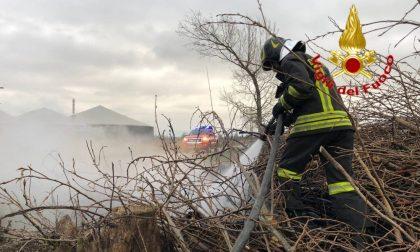 Catasta di legno in fiamme, area messa in sicurezza dai Vigili del fuoco
