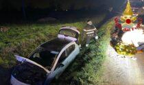 Brutto fuori strada a Mulazzano, coppia finisce in un fosso con l'auto