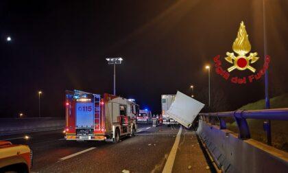 Incidente in A1, camion carico di frutta e verdura si schianta contro il guard rail