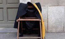 A 16 anni prende una sedia e inizia la sua protesta contro la rimozione delle panchine: la storia di Ermanno