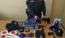 """Trovato in casa con """"travestimenti"""" da poliziotto per le truffe: denunciato pregiudicato recidivo"""