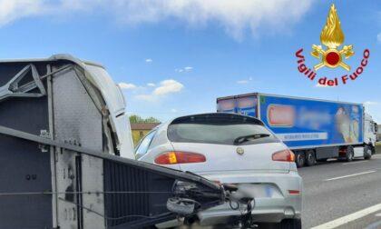 Si ribalta la roulotte agganciata all'auto, paura sulla A1