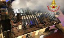Villetta in fiamme: due persone intossicate e due famiglie costrette ad abbandonare la casa